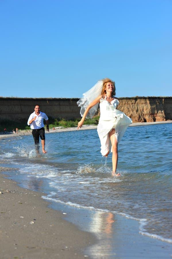 Durchgehenbraut - spielerische Verfolgung der Honeymooners stockbilder