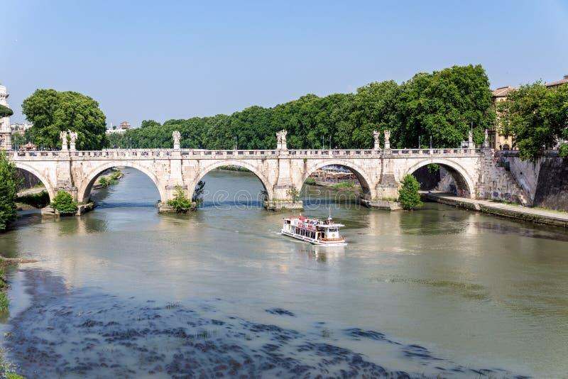 Durchläufe des touristischen Bootes unter Ponte Sant 'Angelo in Rom - Italien lizenzfreies stockbild