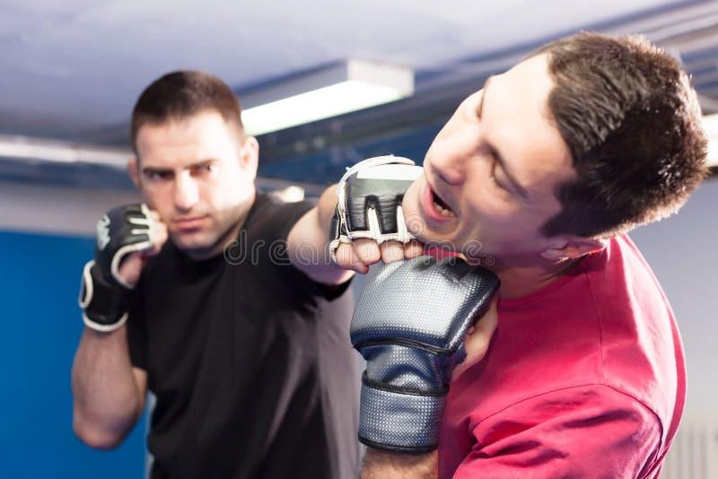 Durchschlag im Gesicht während des Kampfkunsttrainings stockfotos