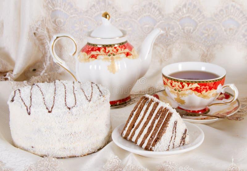 Durcissez avec des tartes sablées de chocolat et un saupoudrage de noix de coco photos stock