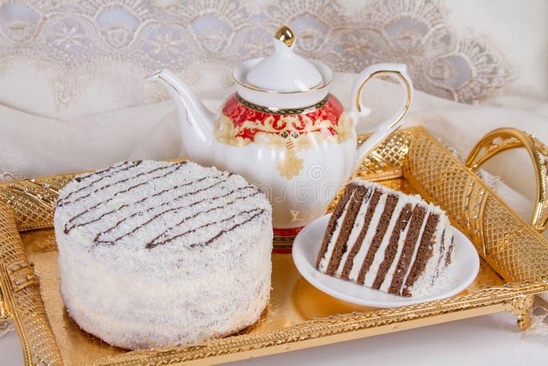 Durcissez avec des tartes sablées de chocolat et un saupoudrage de noix de coco photo stock