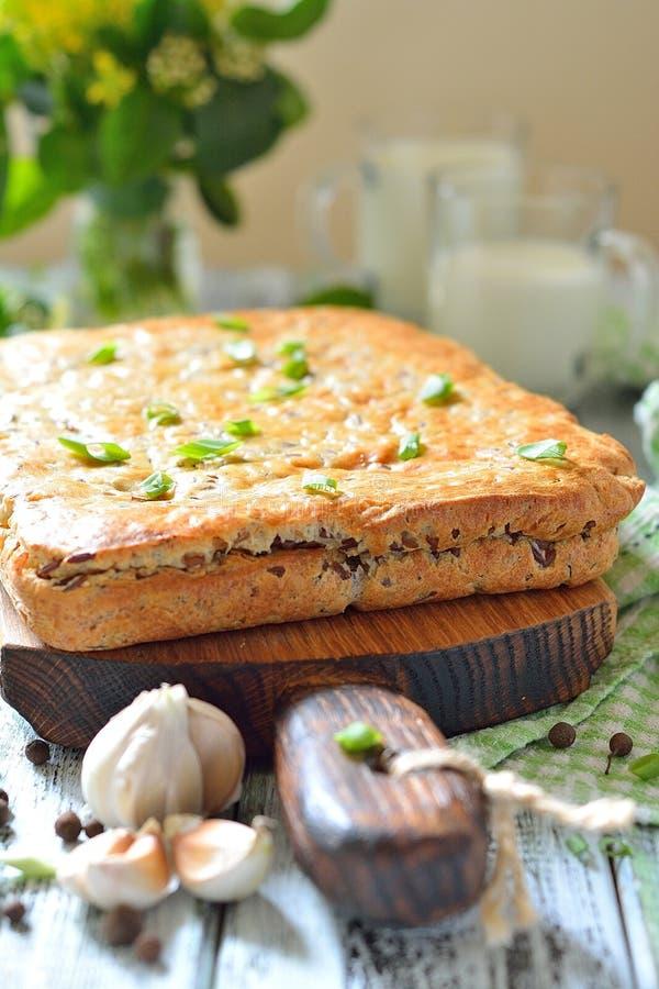 Durcissez avec du riz et la viande rouges sur la table photo stock