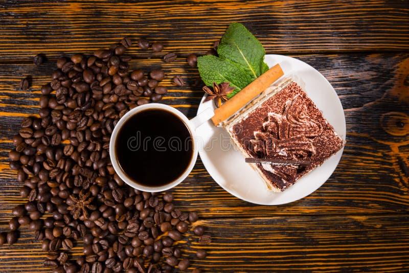 Durcissez la tranche dans le plat avec du café et des haricots photo stock