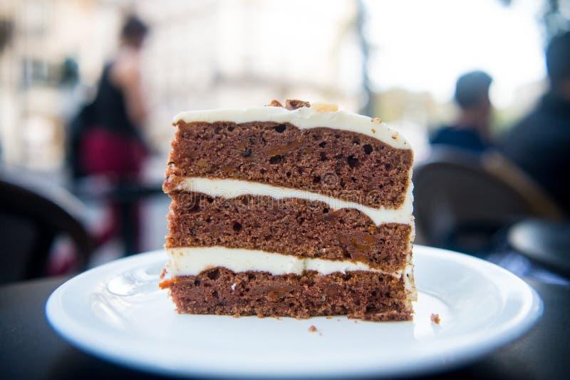 Durcissez la tranche sur le plat blanc à Paris, France, dessert Gâteau avec de la crème, nourriture Tentation, concept d'appétit  image libre de droits