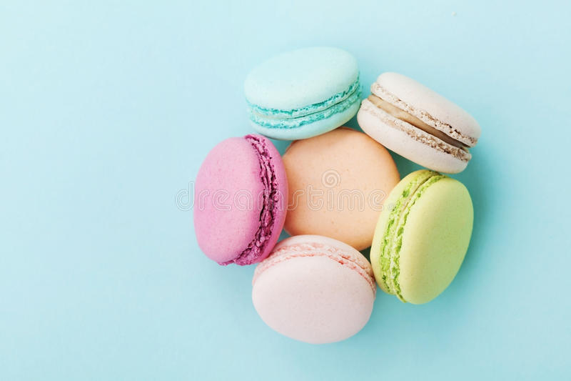 Durcissez le macaron ou le macaron sur le fond de turquoise d'en haut, des biscuits d'amande, couleurs en pastel image stock