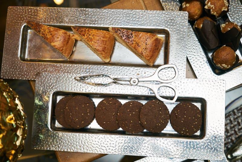 Durcit la pâtisserie de biscuits de petits gâteaux sur le plateau argenté photos stock