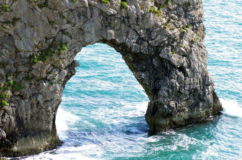 Durdle Door, een van de meest iconische landschappen van de Jurassic Coast tijdens het zomerseizoen royalty-vrije stock fotografie