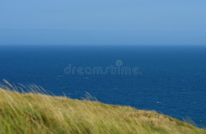 Durdle Door, een van de meest iconische landschappen van de Jurassic Coast tijdens het zomerseizoen stock fotografie