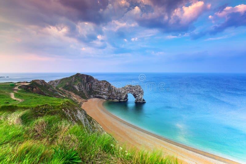 Durdle drzwi przy plażą na Jurajskim wybrzeżu Dorset obraz stock