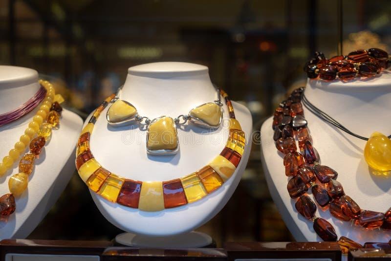 Dure amberhalsbanden en parels voor verkoop royalty-vrije stock afbeelding