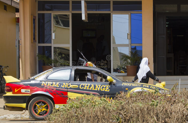 Dure auto die NRM, de Ugandan beslissende partij bevorderen stock afbeeldingen