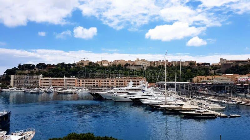 Dure die jachten in haven, jachtclub in Europese toevlucht, privé-bezit worden geparkeerd stock foto's
