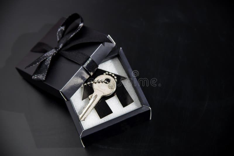 Dure gift in een mooi pakket - eigen huisvesting royalty-vrije stock afbeelding