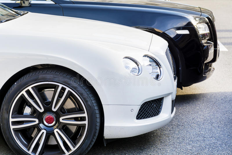 Dure witte en zwarte auto's stock afbeeldingen