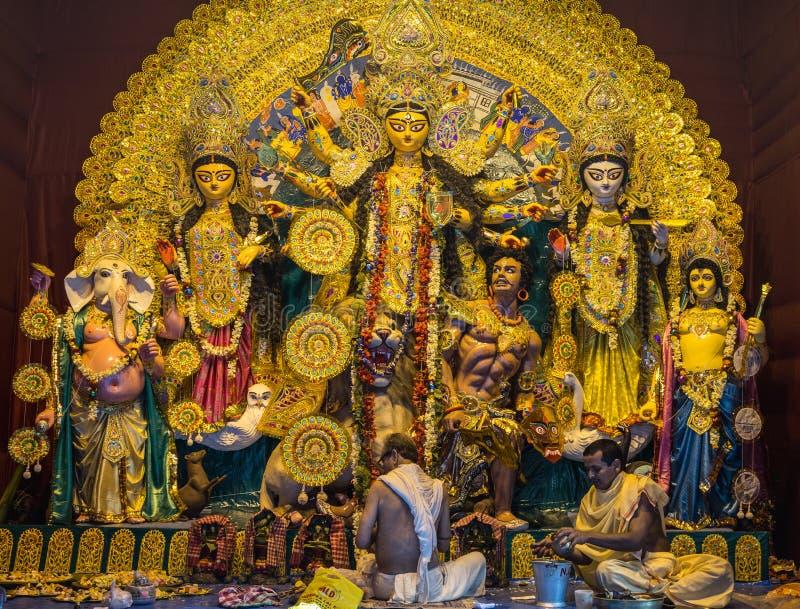 Durga Puja Festival Kolkata, West-Bengalen Priesters die puja aanbieden aan Durga-idool stock foto's