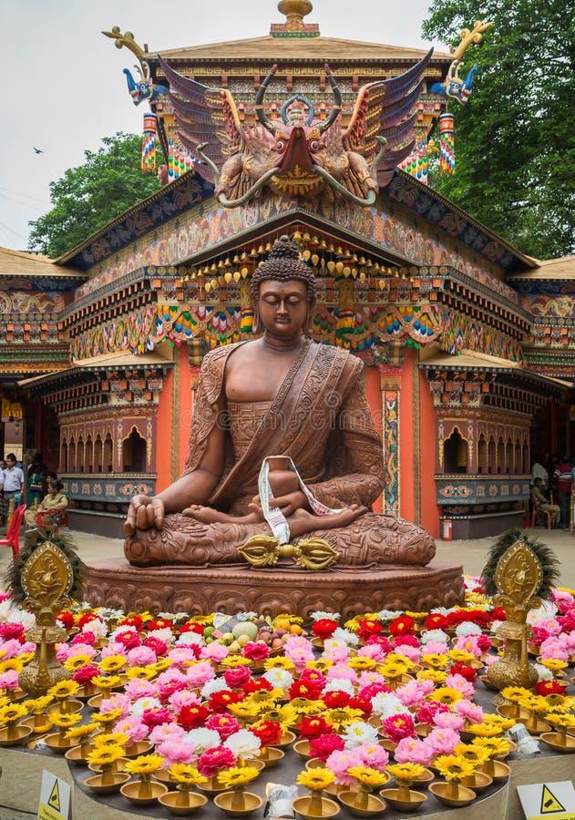 Durga Puja pandal von neuem Alipore Suruchi Sangha errichtet in der Replik eines buddhistischen Klosters stockbild