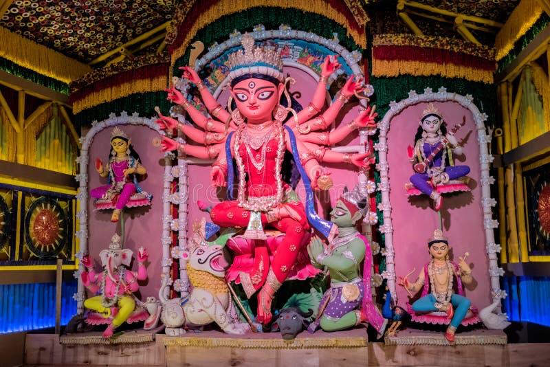 Durga Puja, también llamada Durgotsava, es un festival hindú anual en el subcontinente indio que venera a la diosa Durga imagenes de archivo