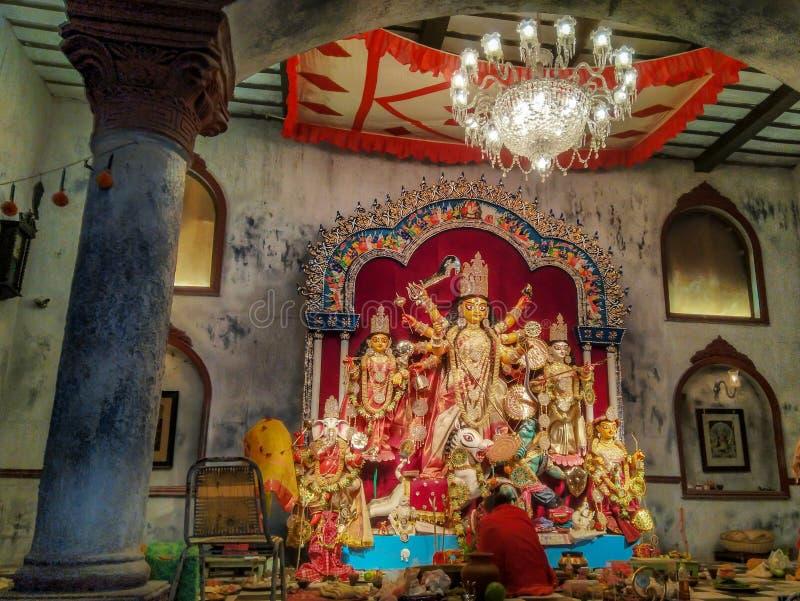 Durga Puja tradicional en una casa bengalí vieja foto de archivo libre de regalías