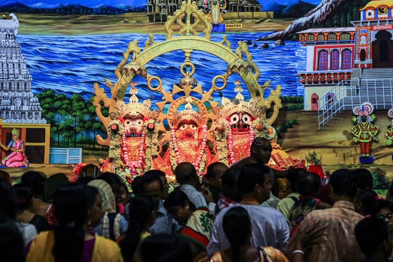 Durgapur, западная Бенгалия, Индия Июль 2018 Ученики и подвижники толпясь перед идолами Jagannath Balaram Suvadra на Rath Ya стоковое изображение