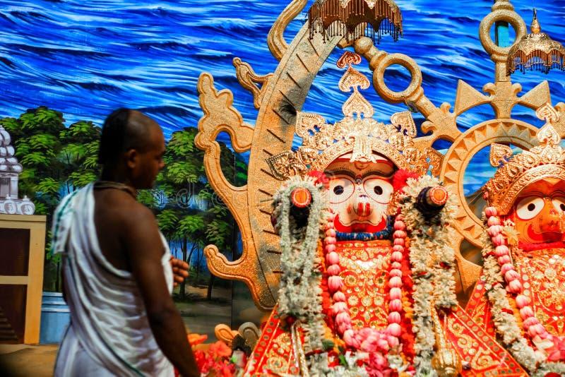 Durgapur, Zachodni Bengalia, India Lipiec, 2018 braminu purohit panda gapi się przy idolem Jagannath Balaram Suvadra przy Rath Ya zdjęcia royalty free