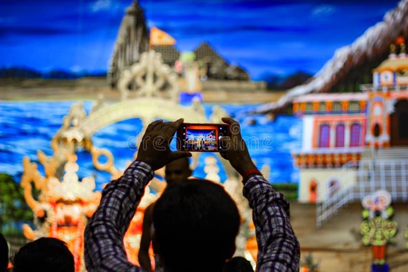 Durgapur, Zachodni Bengalia, India Lipiec, 2018 dewotka klika fotografię idole Jagannath Balaram Suvadra przy Rath Yatra festiwal fotografia royalty free