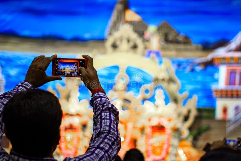 Durgapur, Zachodni Bengalia, India Lipiec, 2018 dewotka klika fotografię idole Jagannath Balaram Suvadra przy Rath Yatra festiwal obraz stock
