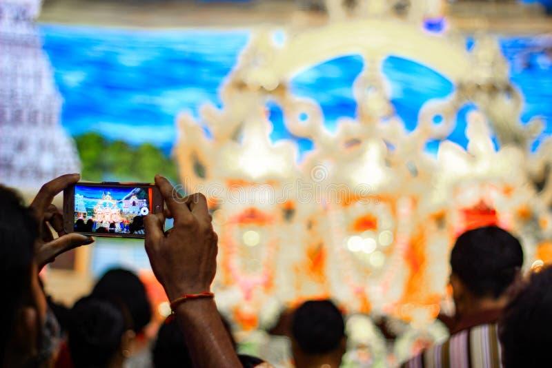 Durgapur, Zachodni Bengalia, India Lipiec, 2018 dewotka klika fotografię idole Jagannath Balaram Suvadra przy Rath Yatra festiwal zdjęcia stock