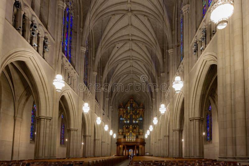 Durham, NC/Förenta staterna - Okt 13, 2019 - Landskapsvy för nave vid Duke University Chapel arkivbilder
