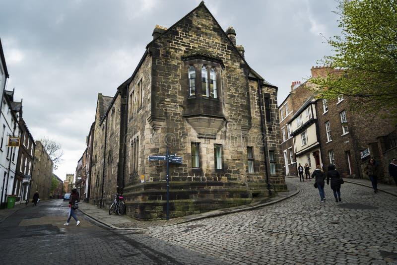 Durham/Regno Unito - 30 aprile 2015 Vista di una strada nel centro di Durham fotografia stock