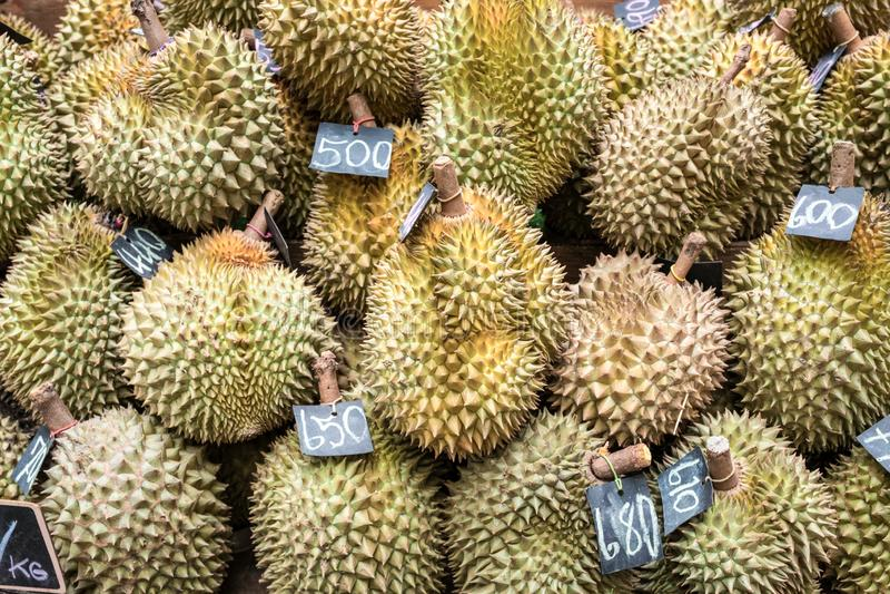 Durian που πωλείται στα πολυκαταστήματα Τα φρούτα Durian που έχουν ένα γούστο της Ταϊλάνδης πωλούνται σε μια υπεραγορά στοκ φωτογραφίες με δικαίωμα ελεύθερης χρήσης