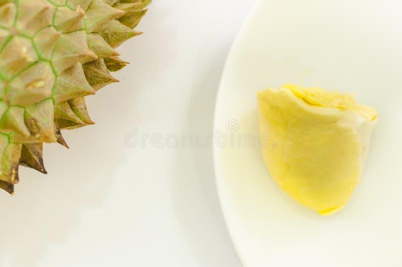 Durian em uma placa branca com a casca verde do ponto e o backgro branco fotografia de stock