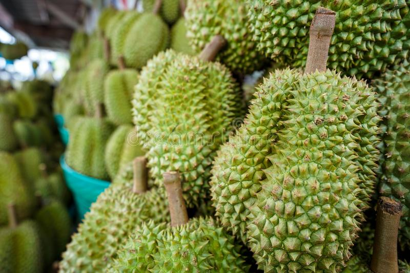 Durian en la cesta imagenes de archivo