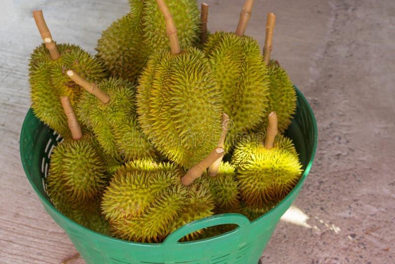 Durian en venta en el mercado local de Tailandia imagen de archivo libre de regalías