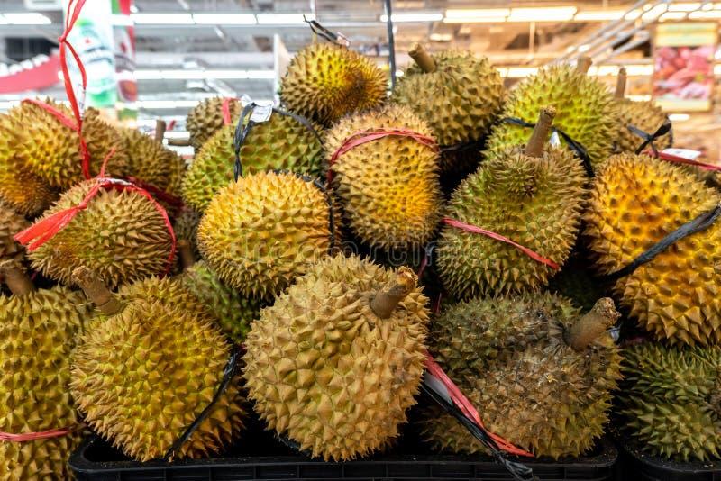 Durian exótico fresco de la fruta tropical en la venta en un mercado local, isla de Bali fotografía de archivo libre de regalías