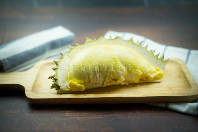 Durian fresco na bandeja de madeira foto de stock royalty free