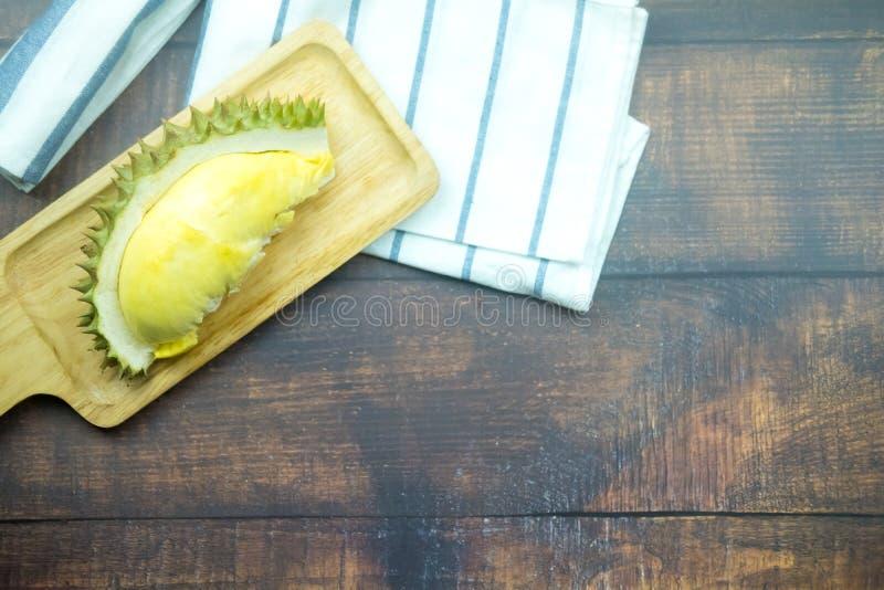 Durian fresco na bandeja de madeira imagem de stock royalty free