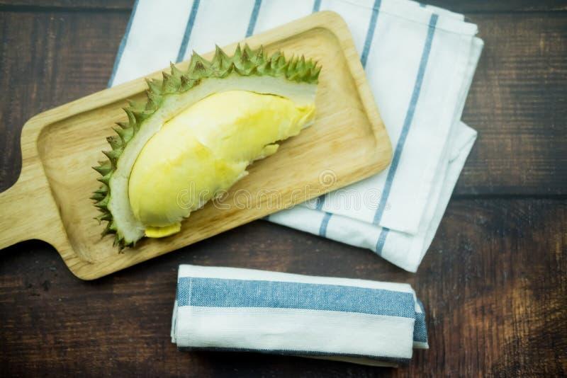 Durian fresco na bandeja de madeira foto de stock