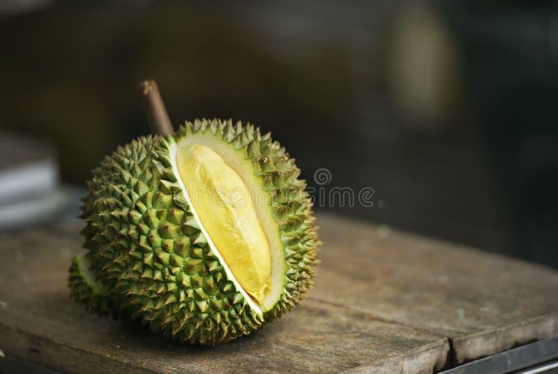 Durian giallo sulla tavola immagini stock