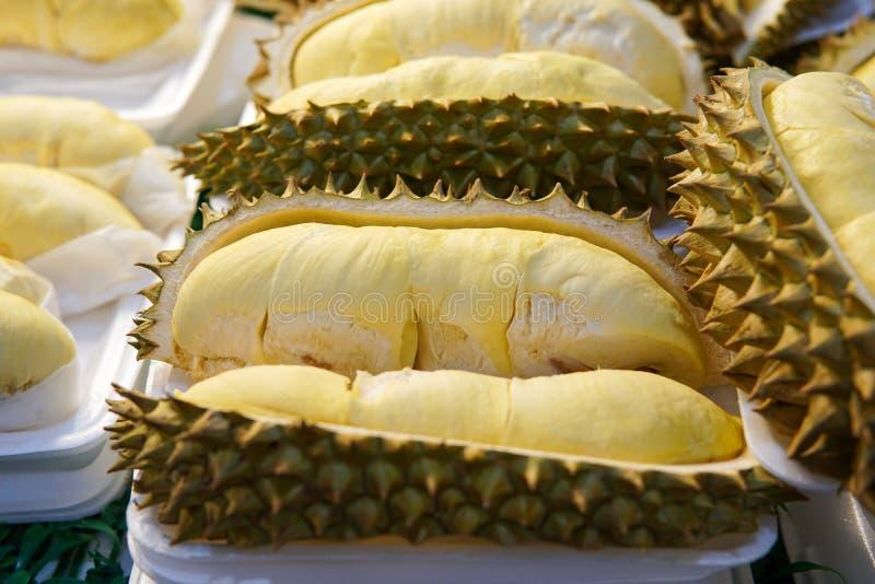 Durian im Behälter lizenzfreie stockbilder