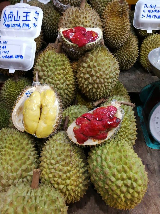 Durian selvaggio raro rosa caldo dei durians del mercato del durian della Malesia Sabah Kota Kinabalu fotografia stock