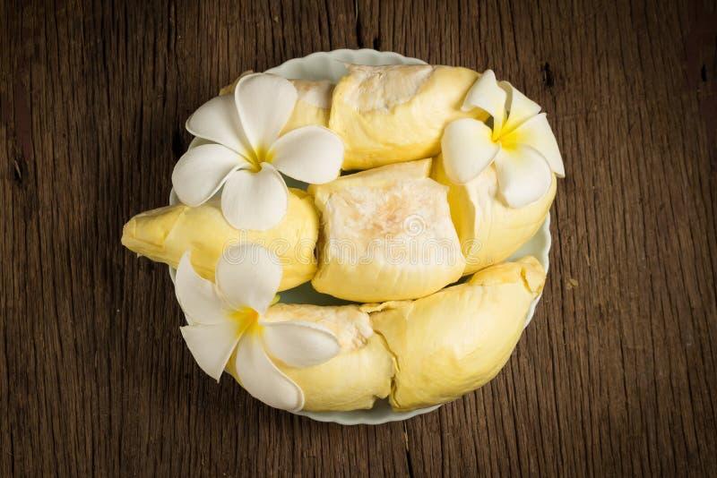 durian skalat moget Konung av frukt Thailand på trätabellen f royaltyfri bild