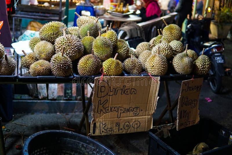 Durian - una fruta exótica con un olor muy desagradable y agudo se vende en el mercado en Malasia Escrito en el Durian de la imag fotografía de archivo libre de regalías