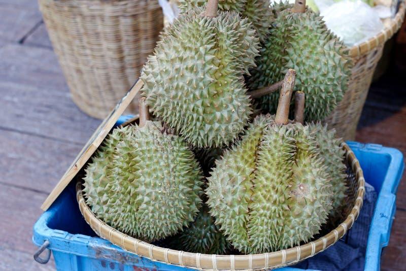 Durian vendido en el mercado imagenes de archivo