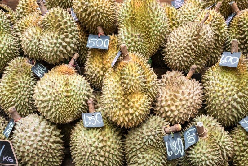 Durian in warenhuizen wordt verkocht dat Het Durianfruit dat een smaak van Thailand heeft wordt verkocht in een supermarkt royalty-vrije stock foto's