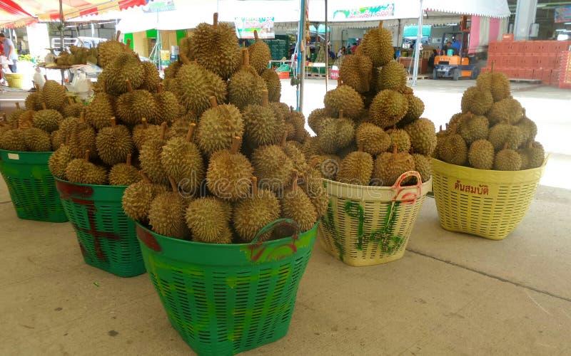 Durian in wholesalesmarkt in Bangkok stock afbeelding