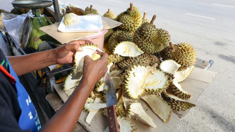 Durian y paquete frescos para la venta, comida tailandesa de la cáscara local del vendedor de la calle foto de archivo libre de regalías