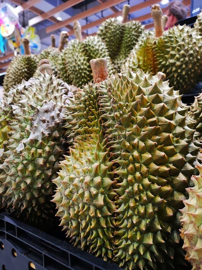 Durianfrukt av Thailand f?rs?ljning i supermarket royaltyfria bilder