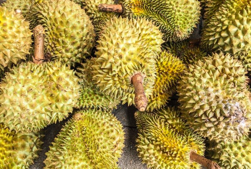 Durians sul pavimento del cemento nel mercato fotografie stock