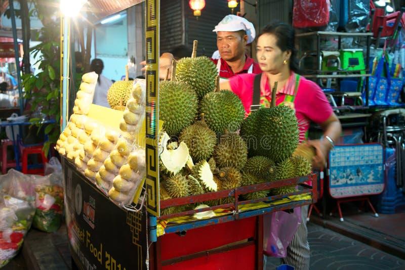 Durians vendus par le marchand ambulant à la ville de la Chine, Yaowarat, la nuit à Bangkok images libres de droits