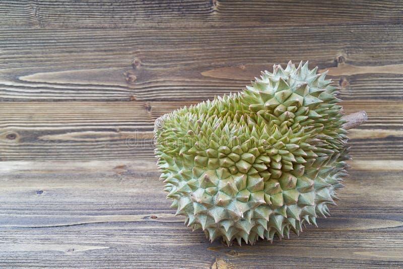 Durio zibethinus oder Durian auf braunem hölzernem Beschaffenheitshintergrund Janes lizenzfreie stockfotografie